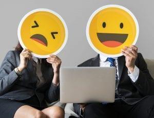 Personas con emojis en la cara